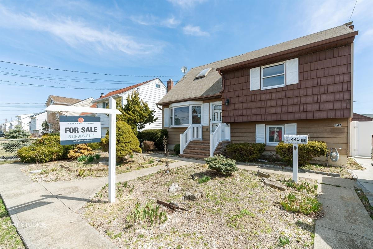445 East Dr, Copiague, New York